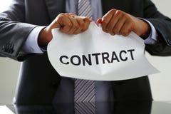 Colletto bianco nel contratto dello strappo del legame e del vestito Immagini Stock Libere da Diritti