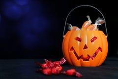 Collettore della caramella della lanterna di Halloween Jack o in pieno della caramella e di alcuna immagini stock libere da diritti