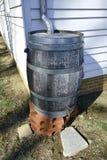Collettore dello scolo dell'acqua del barilotto di pioggia del carro armato dell'acqua piovana Fotografia Stock Libera da Diritti