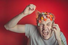 Collez dans sa tête Portrait de l'homme avec le chewing-gum dans sa tête Homme avec des cheveux couverts en nourriture photo libre de droits