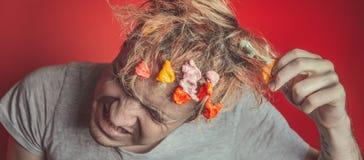 Collez dans sa tête Portrait de l'homme avec le chewing-gum dans sa tête Homme avec des cheveux couverts en nourriture photo stock