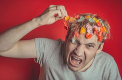 Collez dans sa tête Portrait de l'homme avec le chewing-gum dans sa tête Homme avec des cheveux couverts en nourriture photos libres de droits