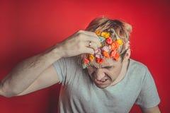 Collez dans sa tête Portrait de l'homme avec le chewing-gum dans sa tête Homme avec des cheveux couverts en nourriture photographie stock