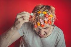 Collez dans sa tête Portrait de l'homme avec le chewing-gum dans sa tête Homme avec des cheveux couverts en nourriture image libre de droits