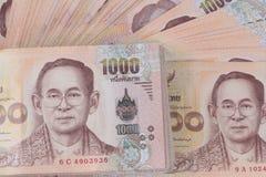 Collez les 1000 billets de banque de la Thaïlande de baht a niché une haute de pile Image stock