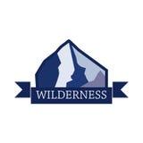 Collezioni dei distintivi di logo di avventura e di spedizione della montagna Emblemi di viaggio royalty illustrazione gratis