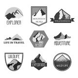 Collezioni dei distintivi di logo di avventura e di spedizione della montagna Il viaggio simbolizza il vettore illustrazione di stock