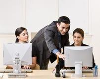 Collègue de aide d'homme d'affaires avec le travail Image stock