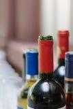 Colli della bottiglia delle bottiglie al ristorante Immagini Stock Libere da Diritti
