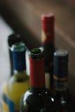 Colli della bottiglia delle bottiglie al ristorante Immagini Stock