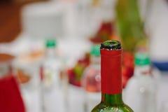 Colli della bottiglia delle bottiglie al ristorante Fotografia Stock