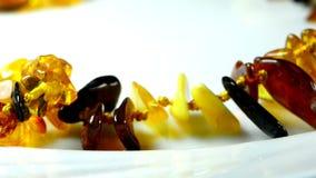 Collier ambre sur la table de tour banque de vidéos