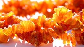 Collier ambre sur la table de tour clips vidéos