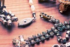 Collier antique de vintage sur la table en bois Photo libre de droits