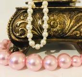 Collier artificiel de perle dans la boîte à bijoux photographie stock