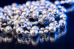 Collier blanc de perle sur le bleu noir Photo stock