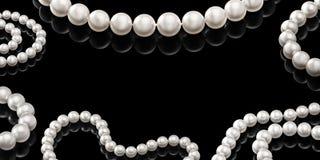 Collier blanc réglé de perle de luxe sur un fond noir avec la réflexion brillante Photo stock