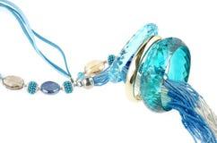Collier bleu avec des bracelets Photo libre de droits