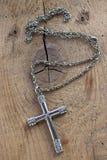 Collier croisé chrétien argenté avec des diamants Photographie stock libre de droits