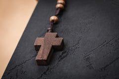 Collier croisé chrétien sur le livre de Sainte Bible, religion de Jésus concentrée photographie stock