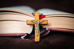 Collier croisé en bois chrétien sur la Sainte Bible images libres de droits