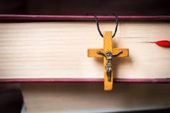 Collier croisé en bois chrétien sur la Sainte Bible image stock