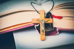 Collier croisé en bois chrétien sur la Sainte Bible photos libres de droits