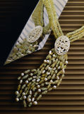 Collier d'émeraudes, de nacre et de perles Photos libres de droits