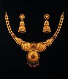 Collier d'or avec des boucles d'oreille Photographie stock libre de droits