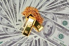 collier de barsgold de l'or 2 sur beaucoup du billet de banque Photos libres de droits