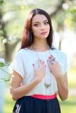 Collier de bijoutier et grande bague sur le beau mode de femme Image libre de droits