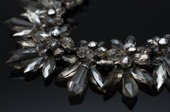 Collier de luxe de mode sur le fond noir Photos libres de droits