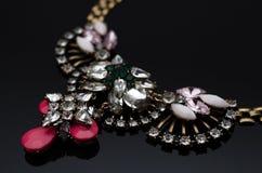 Collier de luxe de mode sur le fond noir Image libre de droits