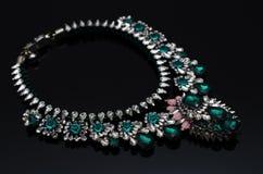 Collier de luxe de mode sur le fond noir Images libres de droits