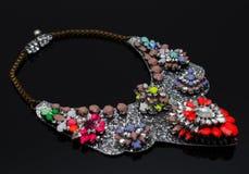 Collier de luxe de mode sur le fond noir Photos stock