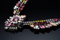 Collier de luxe de mode sur le fond noir Image stock