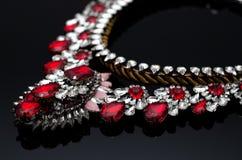 Collier de luxe de mode sur le fond noir Photographie stock
