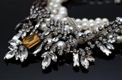 Collier de luxe de mode sur le fond noir Photo stock