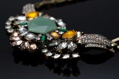 Collier de luxe de mode sur le fond noir Images stock