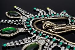 Collier de luxe de mode sur le fond noir Photographie stock libre de droits