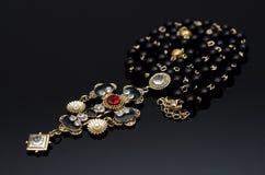 Collier de luxe de mode sur le fond noir Photo libre de droits