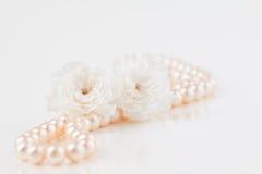 Collier de perle avec des fleurs images libres de droits