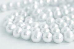 Collier de perle naturelle sur le blanc, bleu teinté Photos libres de droits