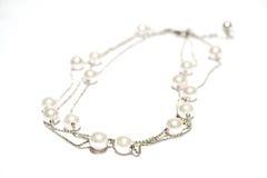 Collier de perle sur le fond d'isolement blanc Photos stock