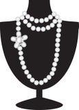 Collier de perle sur le mannequin noir Images libres de droits