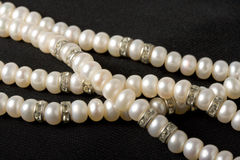 Collier de perle sur le noir Photo libre de droits