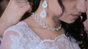 Collier de robe de jeune mariée le jour du mariage banque de vidéos