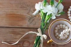 Collier de tasse et fleurs blanches Photos libres de droits