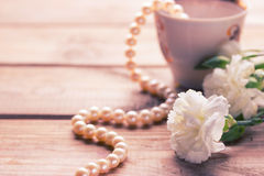 Collier de tasse et fleurs blanches Photographie stock libre de droits