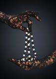 Collier enfilé de gants de bijoux de prise de mains Photos stock